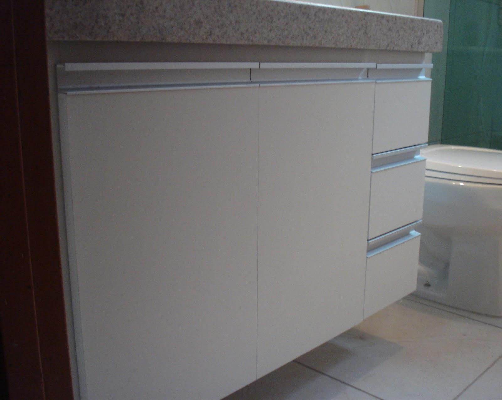 : Armário de Banheiro Branco com Puxadores em Perfil de Alumínio #3A5651 1600x1274 Armario Banheiro Branco