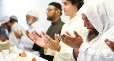 Justin Trudeau praying in mosque