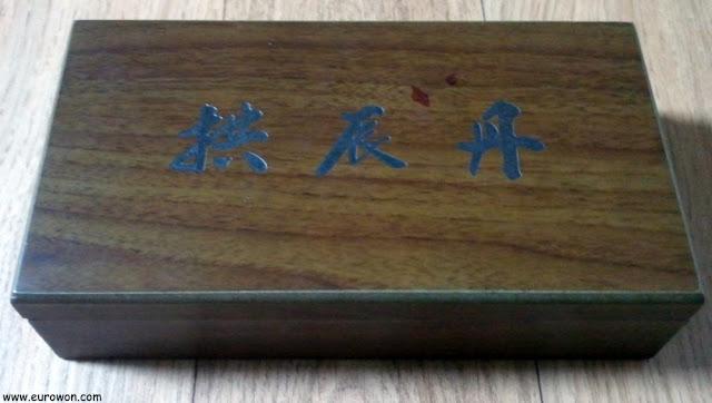 Caja de bolas medicinales con oro