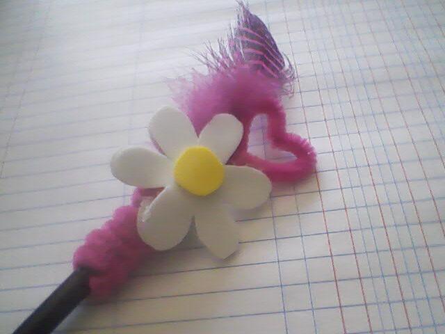 Manualidades para hacer en casa lapicero decorado para el for Manualidades con plumas
