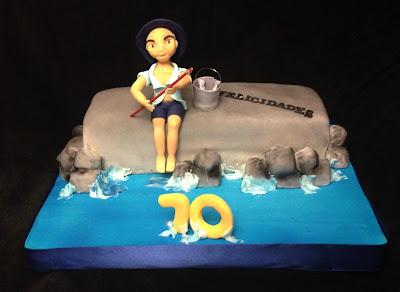 tarta fondant; tarta decorada; tarta pescador; cumpleaños; celebración; pez; mar; marinero; olas; pesca; setenta
