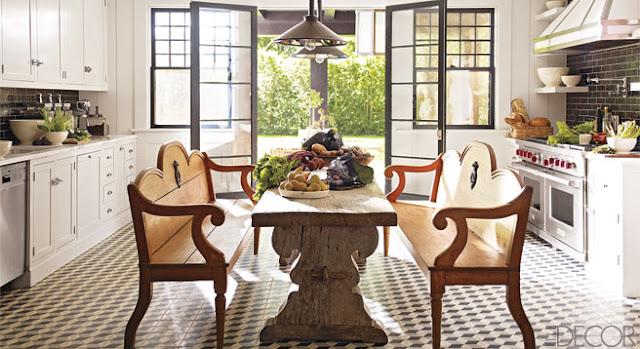 cocina rustica con suelo de baldosa hidráulica y mesa de madera natural