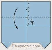 Bước 5: Gấp cạnh trên tờ giấy xuống dưới, vị trí gấp là đường đứt đoạn.