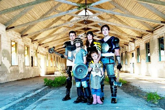 ensaio fotográfico família armada vs. zumbis
