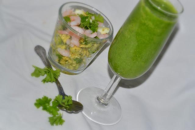 Ägg och advokado i glas och en nyttig grön klorofylldrink med c-vitaminer (Lchf-detox-Mejerifritt)
