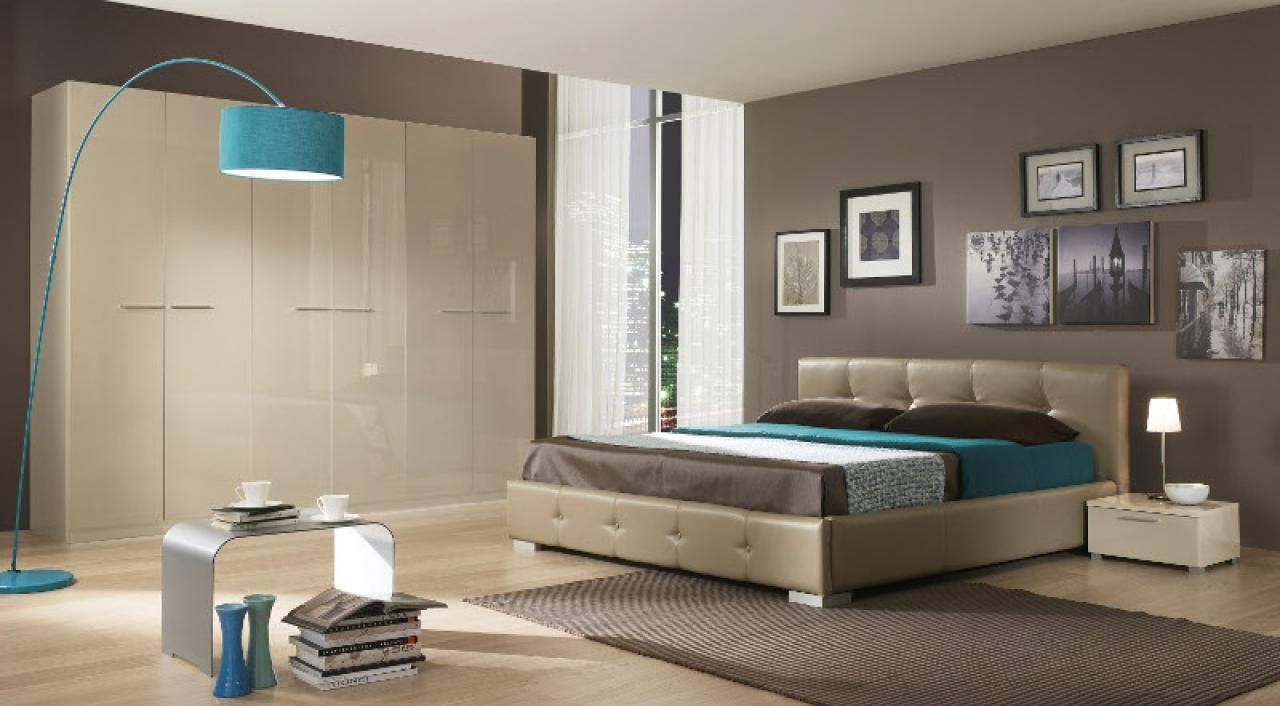 Hermoso diseño de habitación matrimonial con paredes marrones y