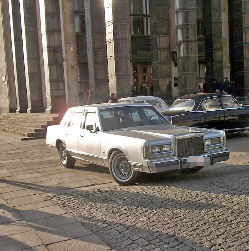 Spotted in Moscow Lincoln Town Car 1st Gen