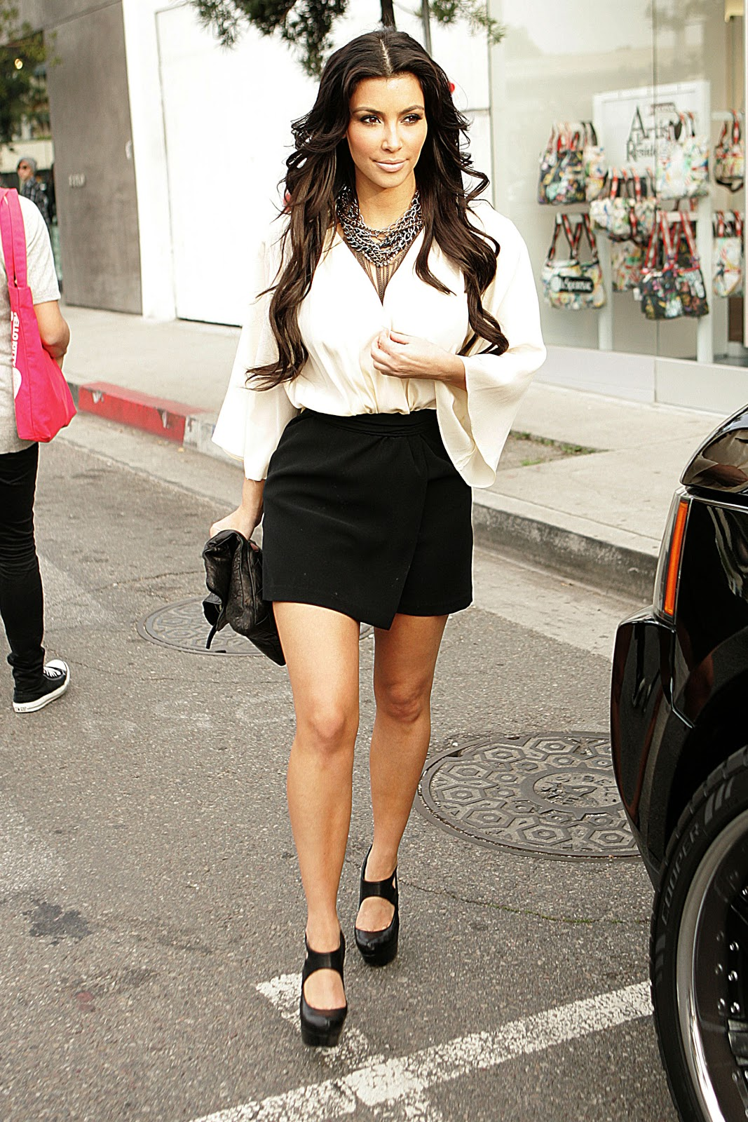 http://1.bp.blogspot.com/-h7WPQ-S1IIA/TwG4LkCnIOI/AAAAAAAAA1g/0pdPziF08YQ/s1600/Kim_Kardashian_2010-01-09_-_leaves_a_Pepsi_Pop_Up_Store1.jpg