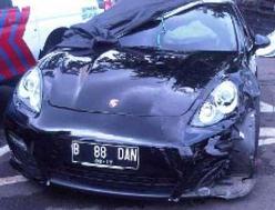 Kronologi Kecelakaan Mobil Mewah Porsche Berisi 598 Butir Happy Five