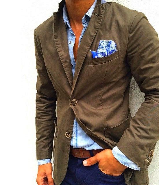 El pañuelo combinado con la camisa siempre es un acierto 122dacc98ef
