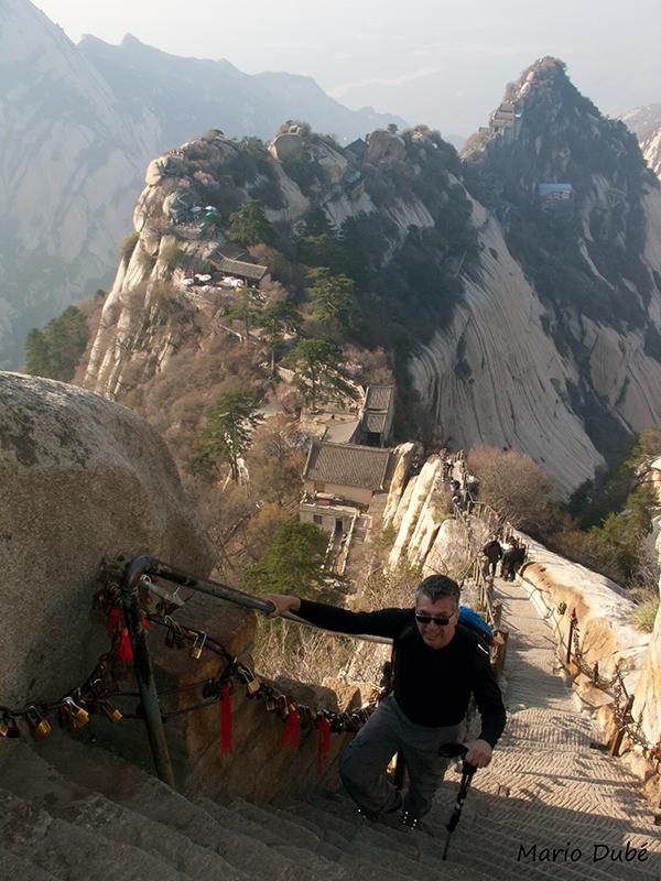 Sentier le long d'une crête rocheuse près du pic Nord (mont Hua, Chine)