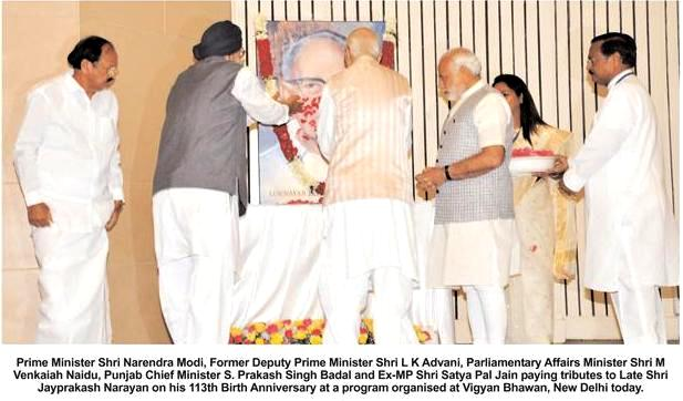 Prime Minister Shri Narendra Modi, Former Deputy Prime Minister Shri L K Advani, Parliamentry Affairs Minister Shri M Venkaiah Naidu, Punjab Chief Minister S. Parkash Singh Badal and Ex-MP Shri Satya Pal Jain paying tributes to late Shri Jayprakash Narayan on his 113th Birth Anniversary at a programme organised at Vigyan Bhawan, New Delhi