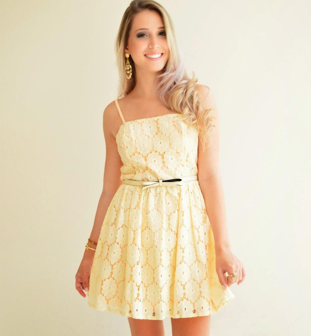 vestido curto com renda amarelo.