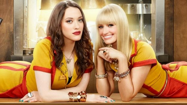 two broke girls. Max y Caroline posan en la barra.