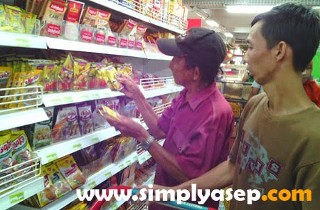 Keluarga Sinmo memilih barang