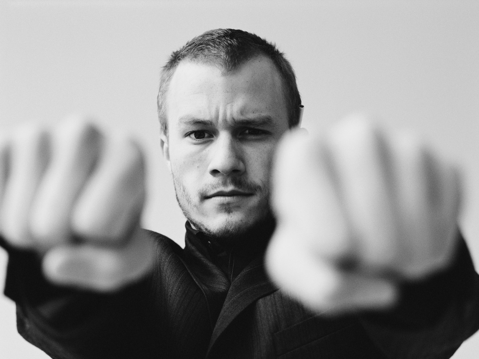 http://1.bp.blogspot.com/-hA240pUAccI/T61A8ril0mI/AAAAAAAAAM0/2uUmI_9EdSE/s1600/Heath-Ledger-Wallpaper-2.jpg