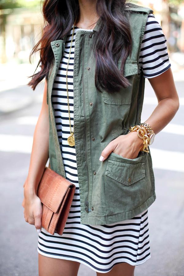 black-and-white-stripe-dress-clothing-with-green-utility-vest-valentino-sandals-preto-e-branco-listra-dress-roupa com-verde-utilitário-colete-valentino-Sandals-roupas da moda-vestido curto-vestido preto e branco