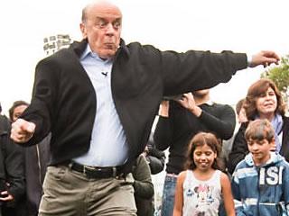 José Serra durante campanha em espaço esportivo na Vila Gilda, zona sul, neste domingo (14) (Foto: Eduardo Anizelli/Folhapress)