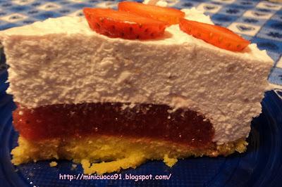 torta fredda allo yogurt con sopresa.. fragolosa! per il compleanno della mamma!