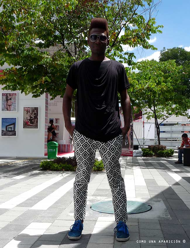 street-style-sunglasses-black-t-shirt-geometric-print-trousers-blue-sneakers-como-una-aparición