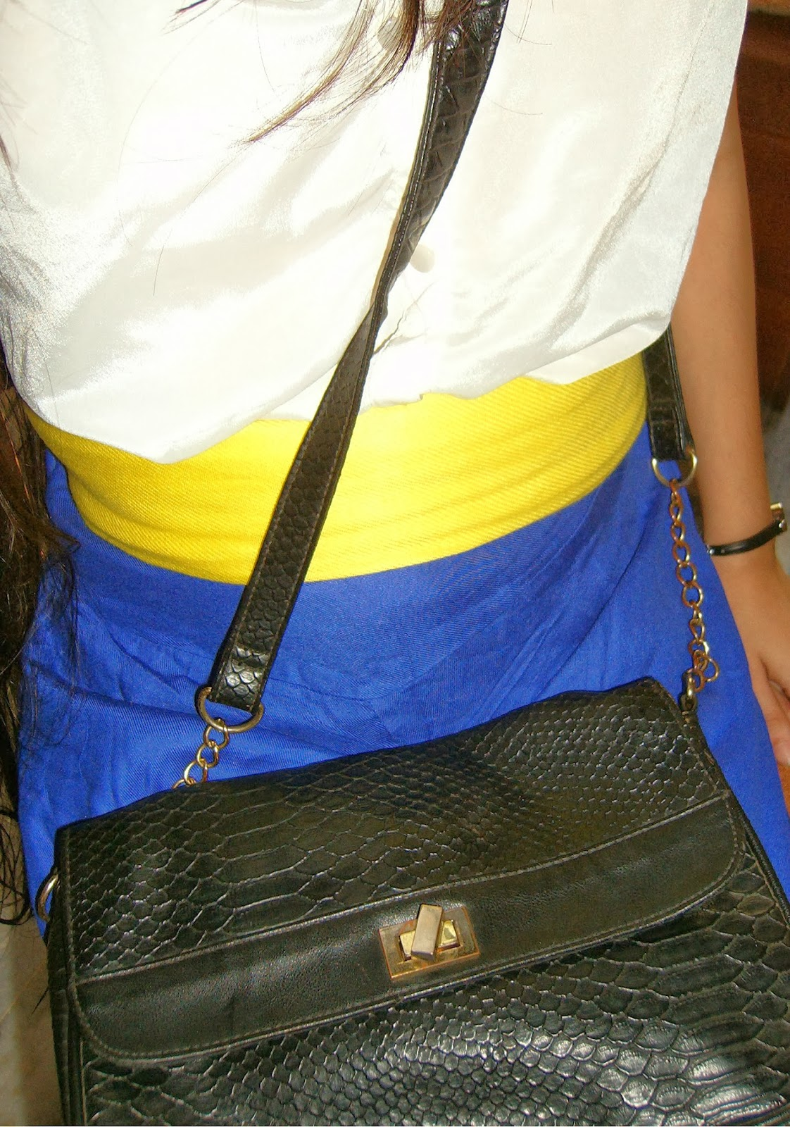 blue, white, yellow belt, scarf as a belt, crocodile bag, cross-body bag