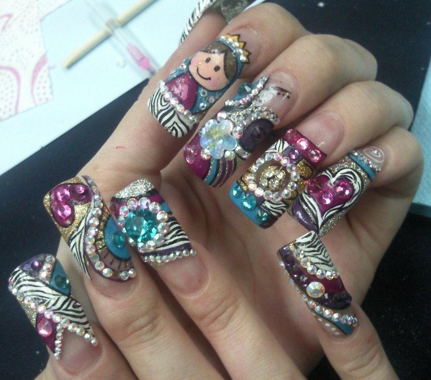 de peinados ,vestidos, o en este caso uñas, por eso voy a mostrarles algunos diseños de uñas con piedras preciosas, muy lindos. espero que les gusten.