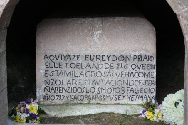 Tumba de Don Pelayo en la Santa Cueva de Covadonga, Asturias