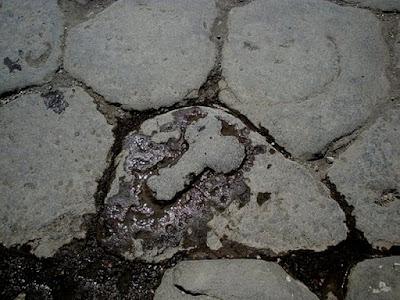 Um falus, inserido deliberadamente na calçada de Pompeia, assinalava aos interessados a direção do lupanar (prostíbulo).