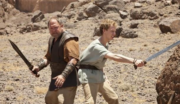 Pitágoras (Robert Emms) y Hércules (Mark Addy) en Atlantis 1x01 - The Earth Bull