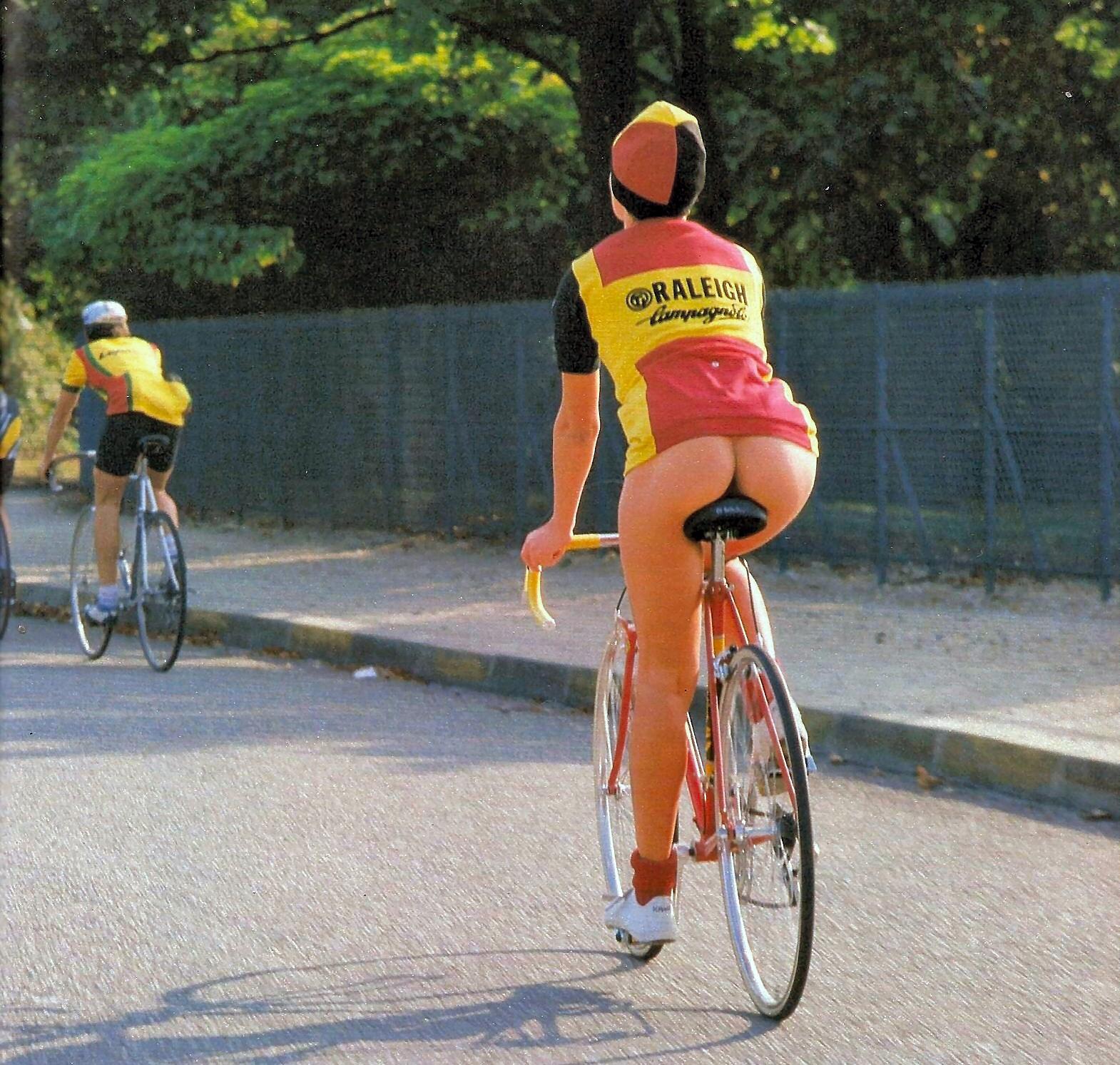 С членом на велосипеде 5 фотография