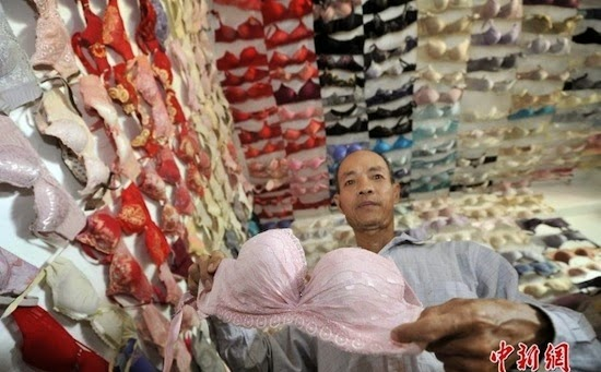 Người đàn ông sưu tầm 5000 chiếc áo lót từ sinh viên nữ