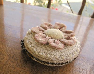 porta-moedas em tecido - flor de fuxico