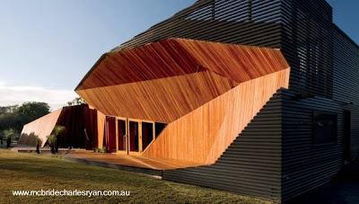 Original casa posmoderna de madera