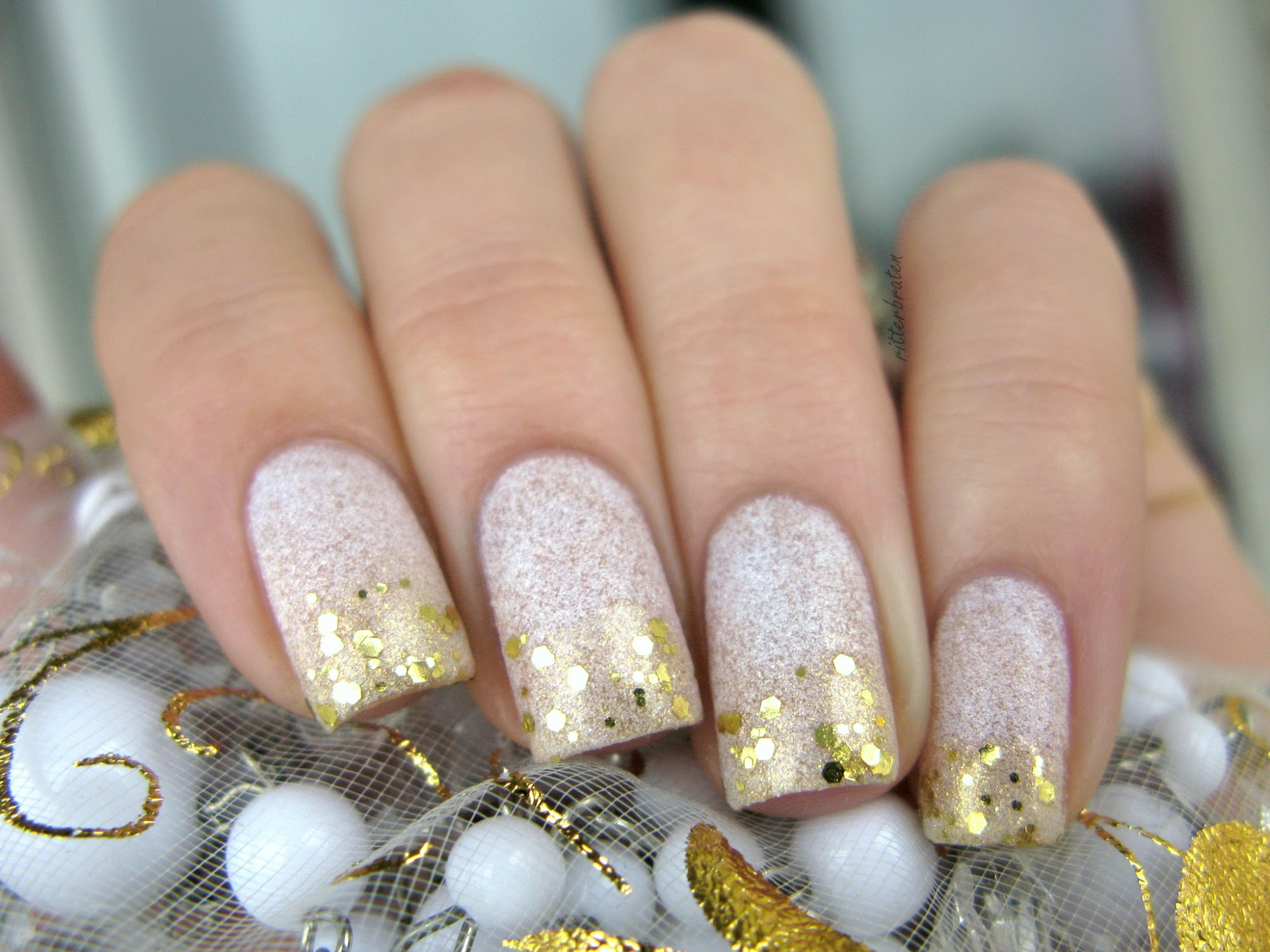 nails white gold glitter