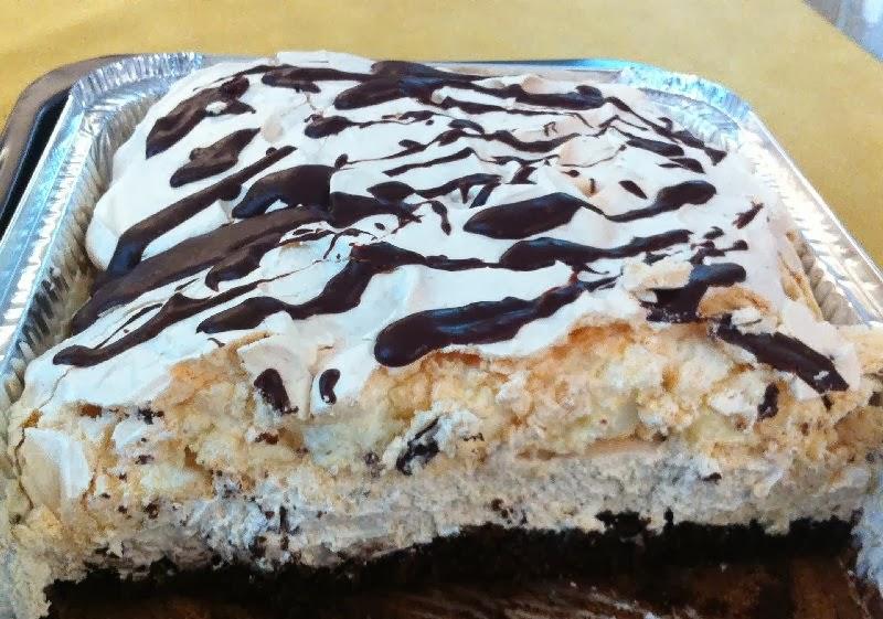 עוגת קצף וקצפת על בסיס טורט שוקולד