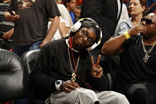 fotos de lil wayne con chris brown y mack maine viendo un partido de la nba