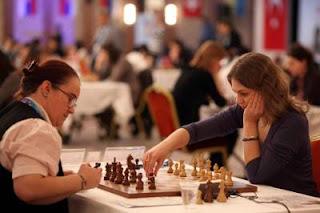 Ronde 9 - La Slovène Anna Muzychuk bat Cristina-Adela Foisor et passe seule en tête du championnat d'europe féminin d'échecs avec 7½ © site officiel