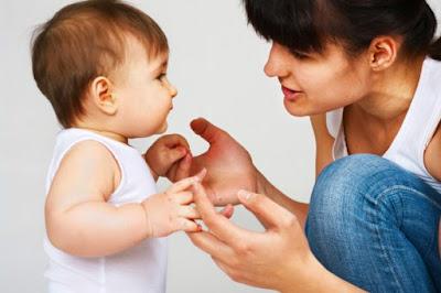 Bantu bayi untuk berdiri dengan tegak