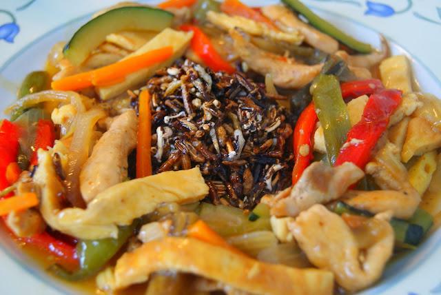 Chop-Suey de Pollo con Arroz Salvaje Frito