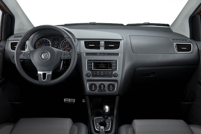 carro CrossFox 2014 Volkswagen - interior - por dentro