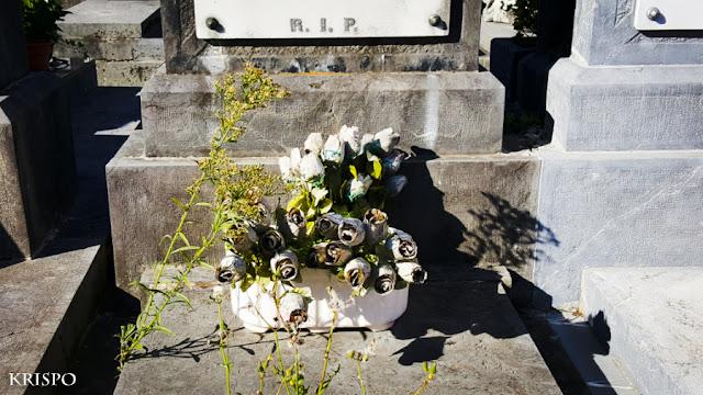 flores sobre lápida
