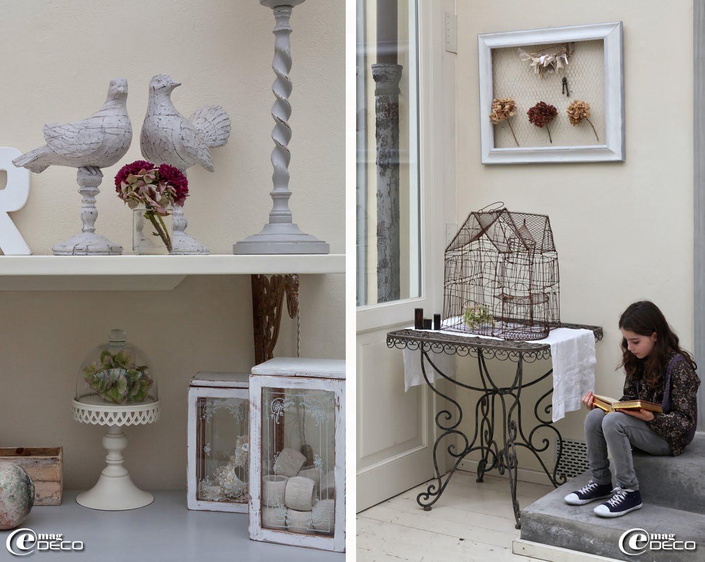 Dans la véranda de la maison d'hôtes 'Valdirose', en Toscane, des colombes en bois patiné 'Country Corner', une cage en fil de fer 'Chehoma'
