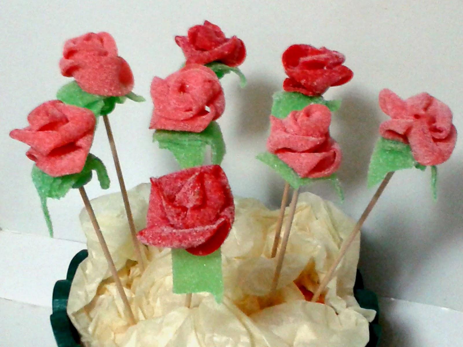 Agarimos cakes and cookies rosas hechas con chuches for Pinchos de gominolas