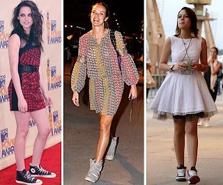 mulheres calçando tênis sneakers