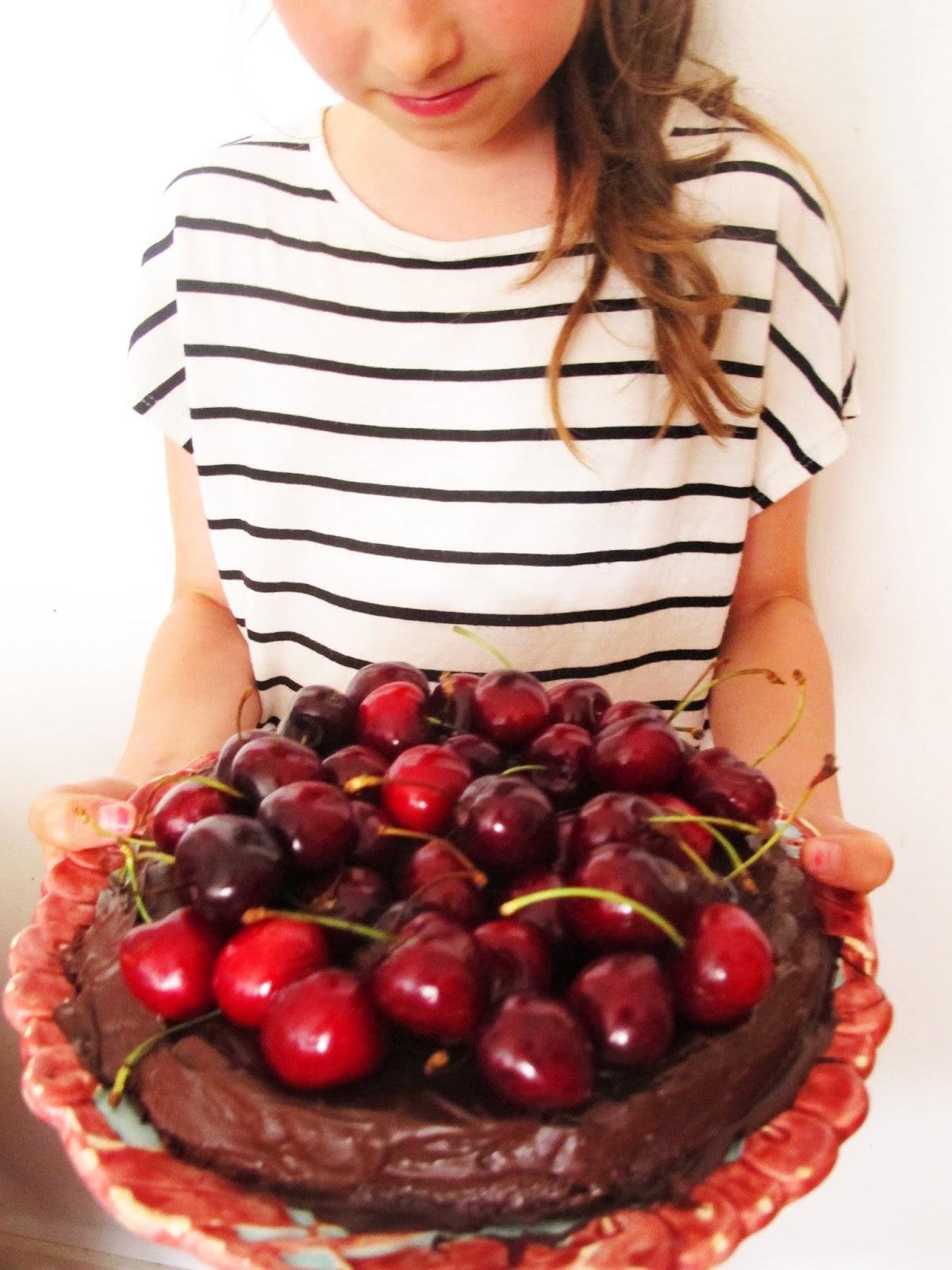 Syntymäpäivänä suklaa&kirsikkakakku ja muita herkkuja