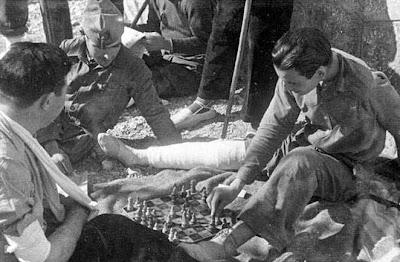 Jugando al ajedrez en el frente del Ebro de la Guerra Civil en 1936