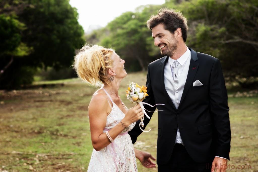Les mariés rient sur fond de savane