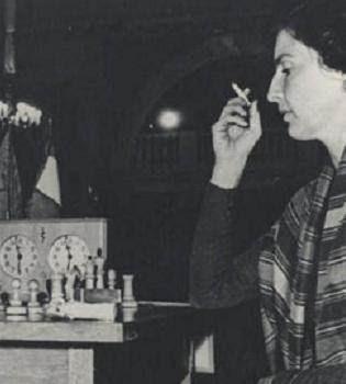 Chantal Chaudé de Silans frente al tablero de ajedrez
