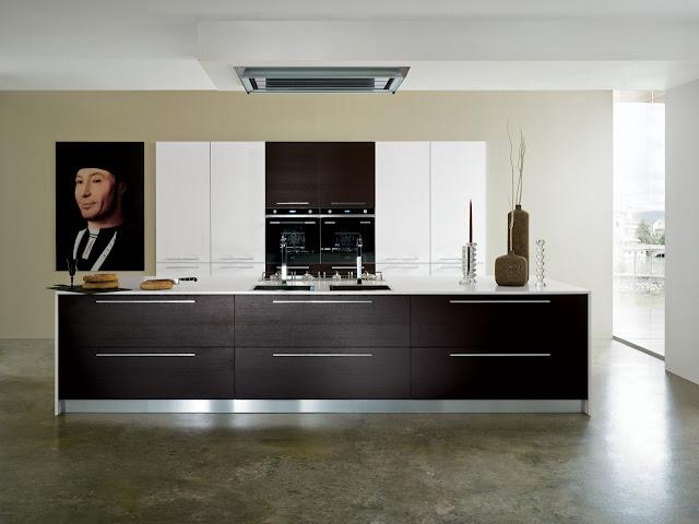 cuisine-design-avec-mur-d'armoire-vue-de-face-par-un-cuisiniste-de-montpellier