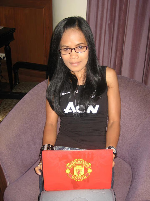 Yanty Java with Manchester United laptop